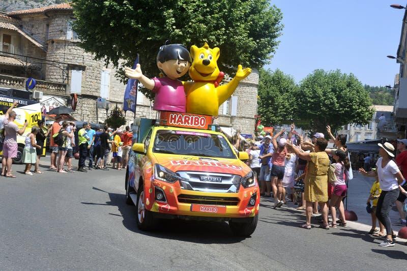 Passage eines Haribo-Werbewagens in der Wohnwagen-Tour de France stockfotografie