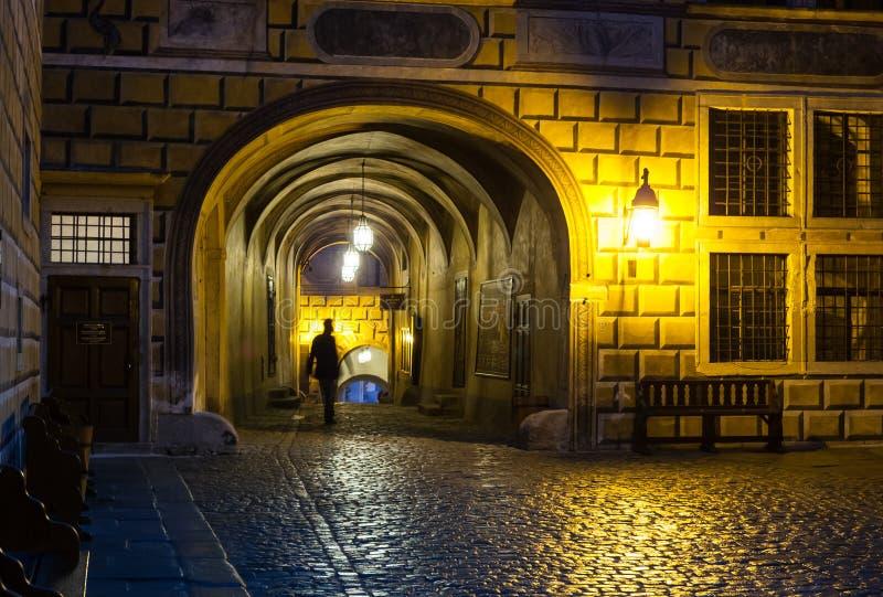 Passage för Cesky Krumlov slottborggård royaltyfria foton