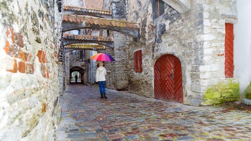 Passage för St Catherines - en liten historisk gata i Tallinn, Es arkivbilder