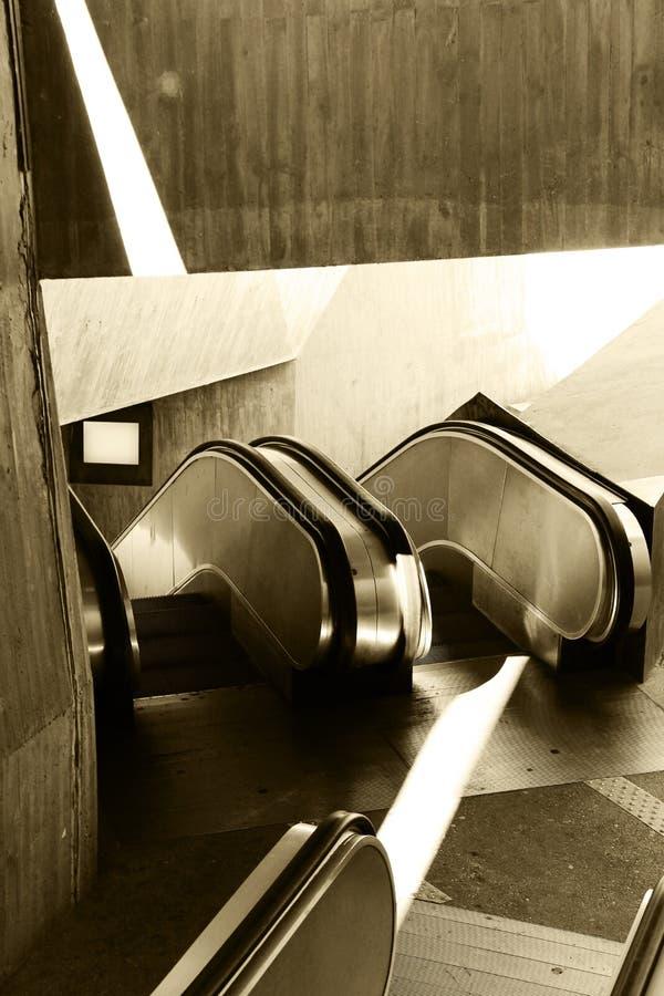 Passage med rulltrappor, sepiaton royaltyfri fotografi