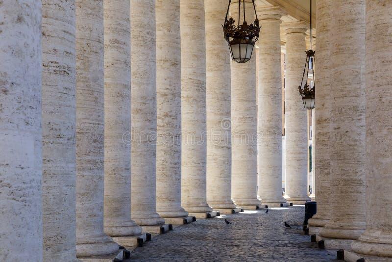 Passage mellan kolonnerna i fyrkant för St Peter ` s i Vaticanen arkivfoton