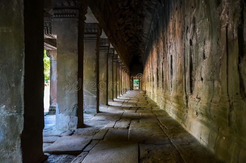 Passage met kolommen in Angkor Wat stock foto