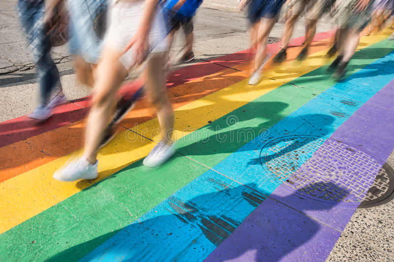 Passage piéton de drapeau de fierté gaie images libres de droits