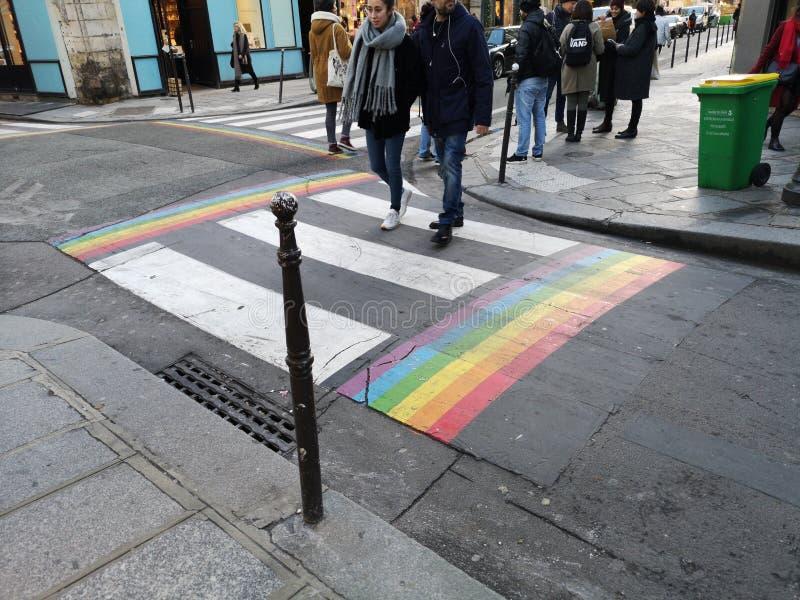 Passage piéton de drapeau de fierté gaie dans le village gai de Paris avec le croisement de personnes Jambes, France photos stock