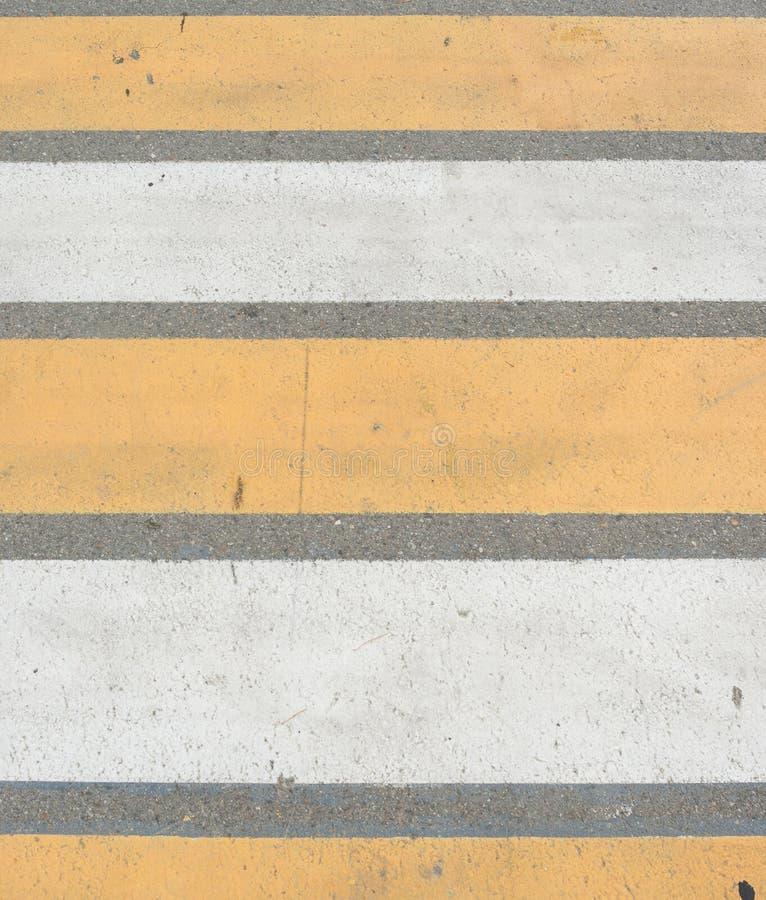 Passage piéton sur la voie piétonnière de route sur un croisement de rue image stock