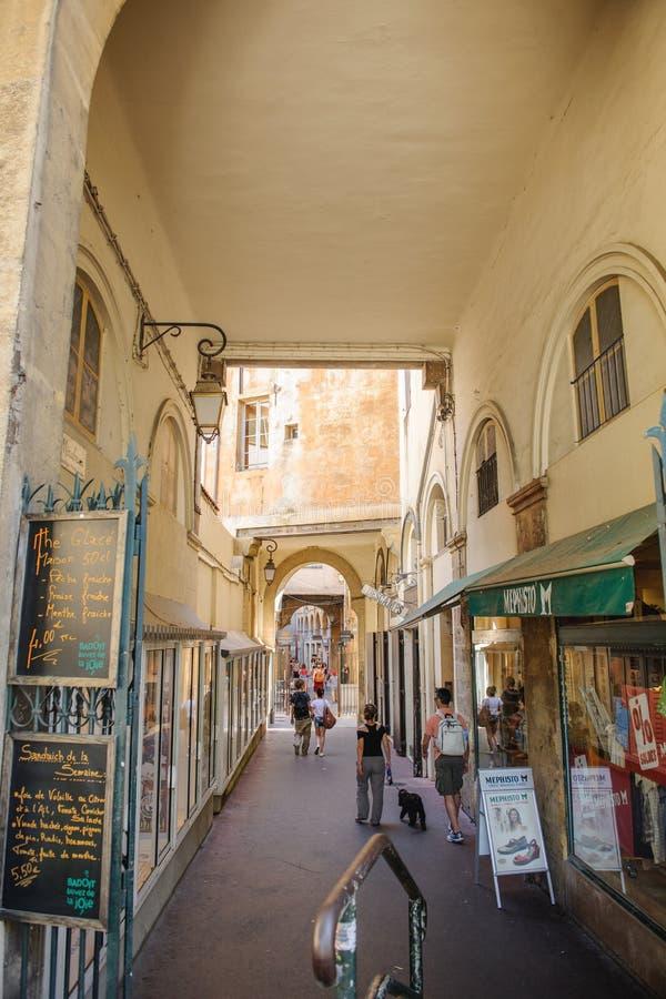 Passage romantique De en place Verdun dans la ville centrale de l'Aix image stock