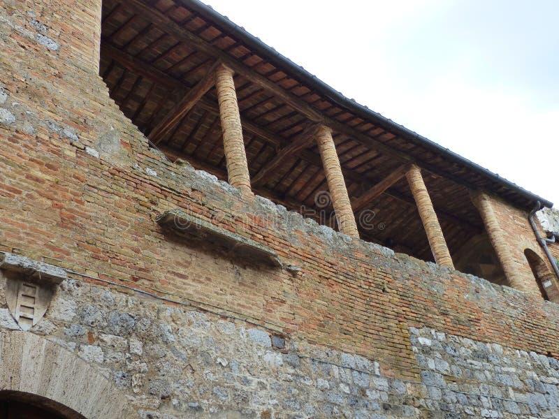 Passage som byggs på stadsväggen av San Gimignano, Italien arkivfoto
