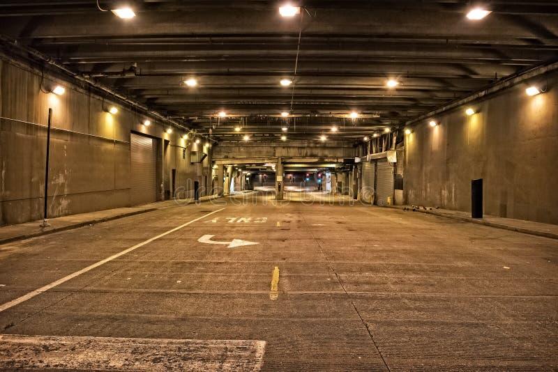 Passage souterrain du centre sombre et graveleux de tunnel de rue de ville la nuit image stock