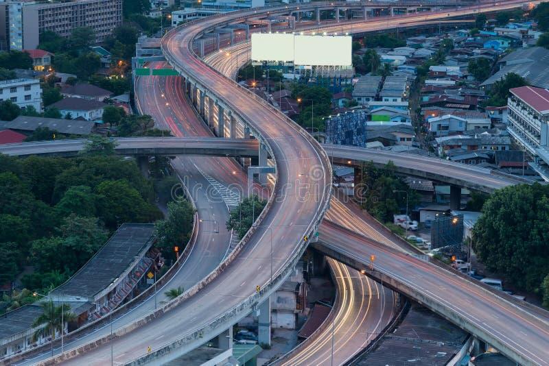 Passage supérieur d'échange de ville la nuit image stock