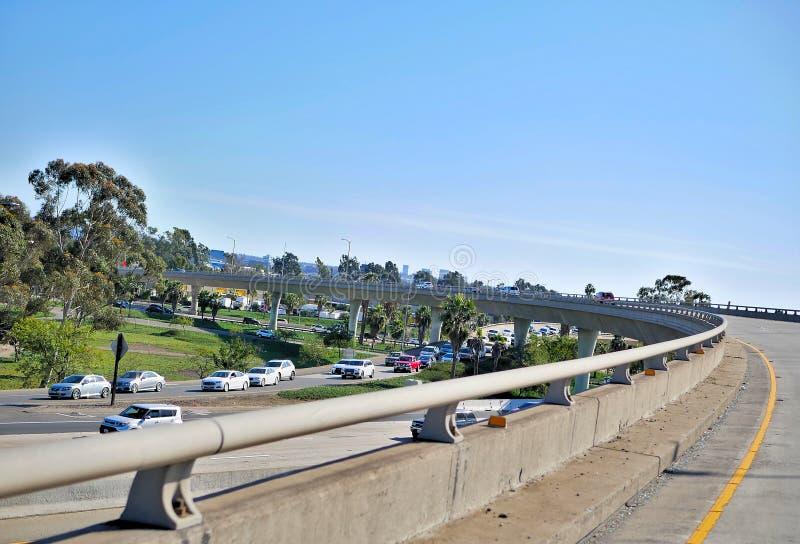 Passage supérieur d'autoroute sur la côte de la Californie photo libre de droits