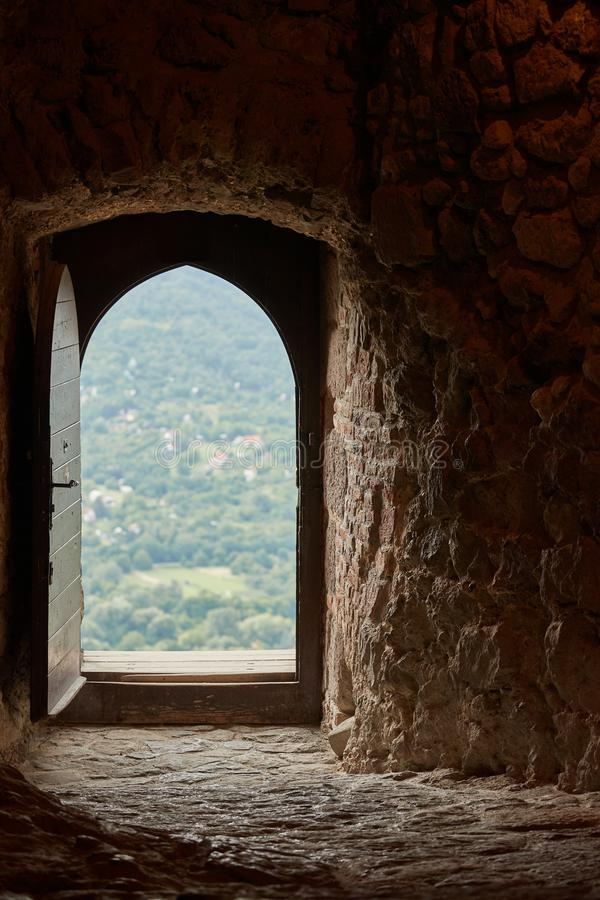 Passage van een oud kasteel, open deur royalty-vrije stock afbeeldingen
