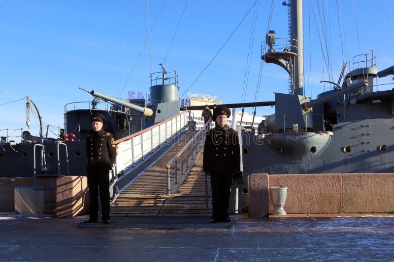 Passage zur Kreuzer Aurora schützte Kadetten, St Petersburg stockbild
