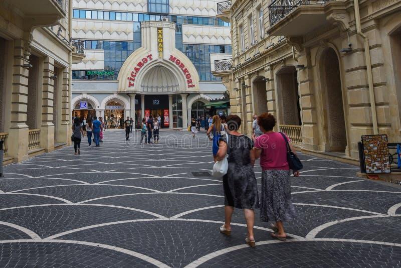 Passagegatan i den Baku staden, shoppar royaltyfria foton