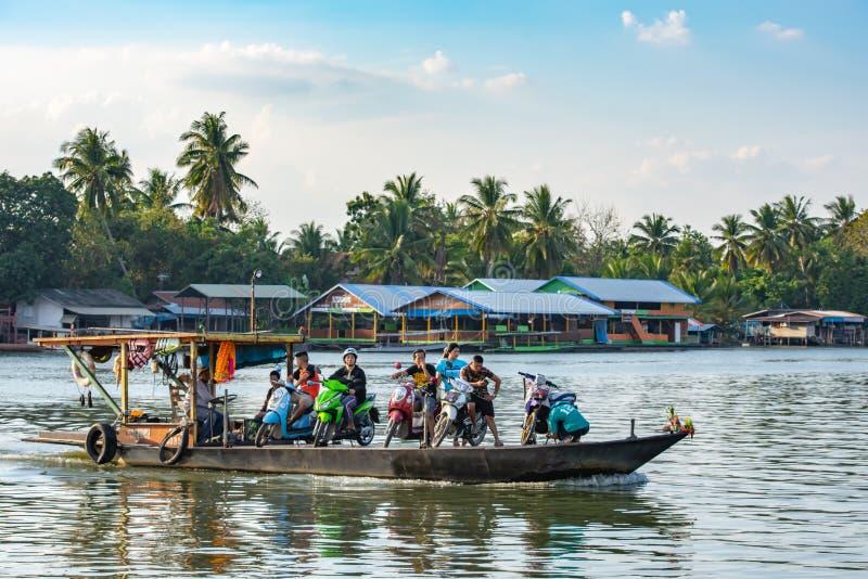 Passageiro e velomotor do navio através do rio de Khwae Noi em Kanchan imagem de stock royalty free