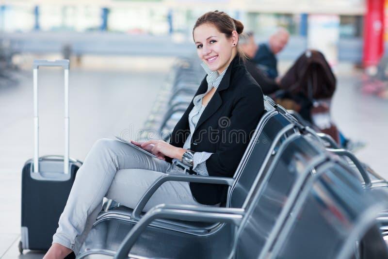 Passageiro fêmea novo no aeroporto, foto de stock royalty free