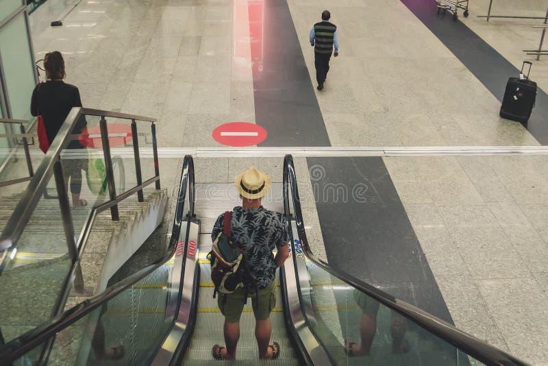 passageiro no aeroporto ou no estação de caminhos-de-ferro moderno fotos de stock