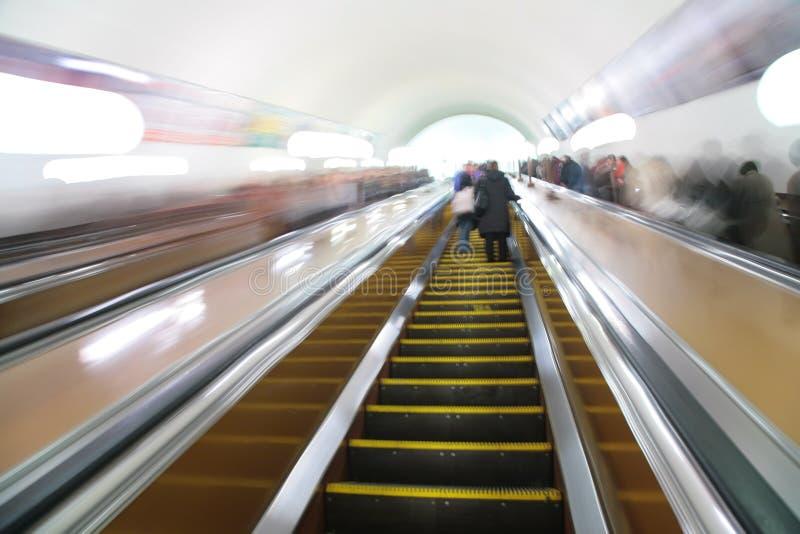 Passageiros abstratos na escada rolante. foto de stock royalty free