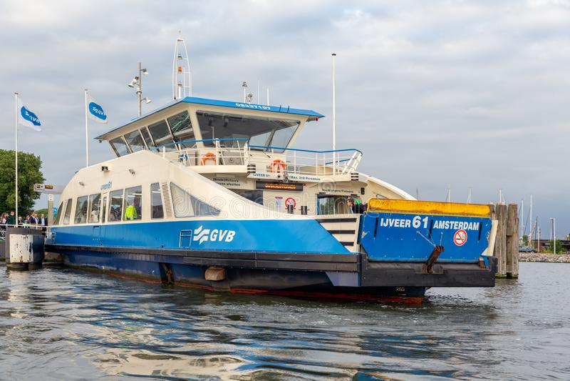 Passageiros a bordo de uma balsa através do rio de Amsterdão IJ foto de stock royalty free