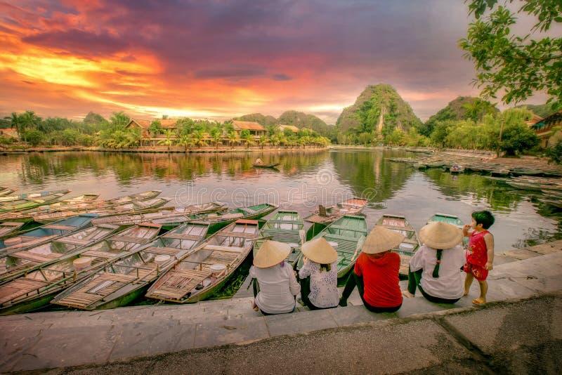 Passageiros de espera do barco de enfileiramento no nascer do sol, Hoa Lu Tam Coc, Hoi fotos de stock royalty free