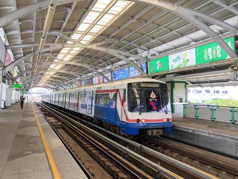 Passageiros de espera de um trem na estação de Bangna imagem de stock