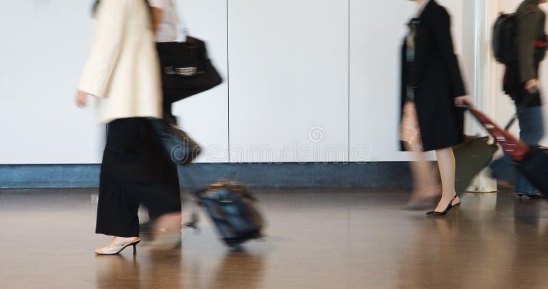 Passageiros do aeroporto que apressam-se à conexão foto de stock