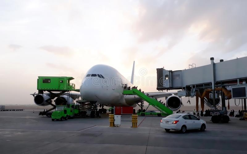 Passageiros do avião que chegam no aeroporto fotos de stock