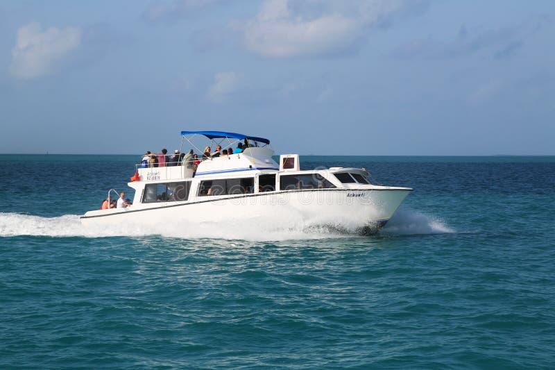 Passageiros do navio de cruzeiros da conquista do carnaval que usam a proposta para ir em terra perto da cidade de Belize imagens de stock