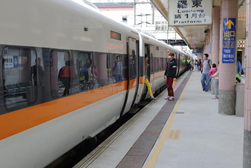 Passageiros dos passageiros que embarcam e trem de alta velocidade descendo fotos de stock royalty free