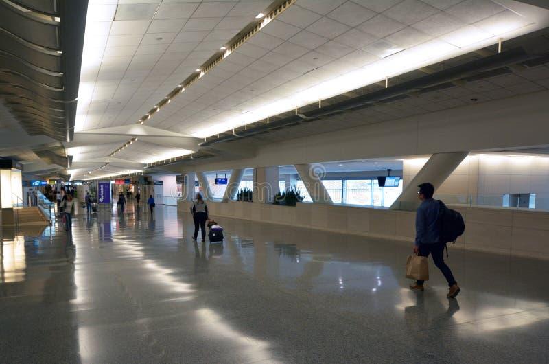 Passageiros em San Francisco International Airport fotografia de stock