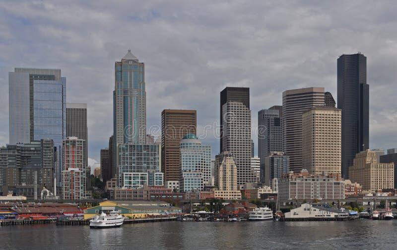 Passageiros em um cruzamento do barco de Washington State Ferry à ilha de Bainbridge, Seattle, Washington, EUA imagem de stock royalty free