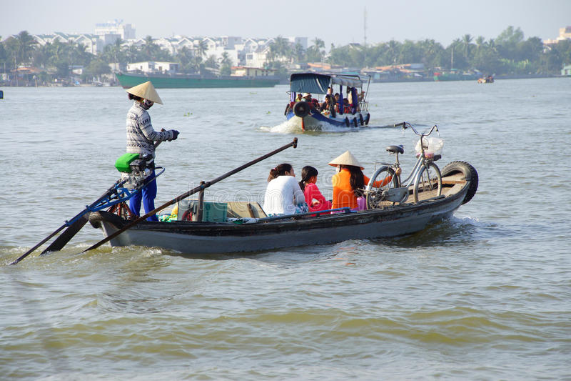 Passageiros Ferrying através de Mekong River fotografia de stock royalty free