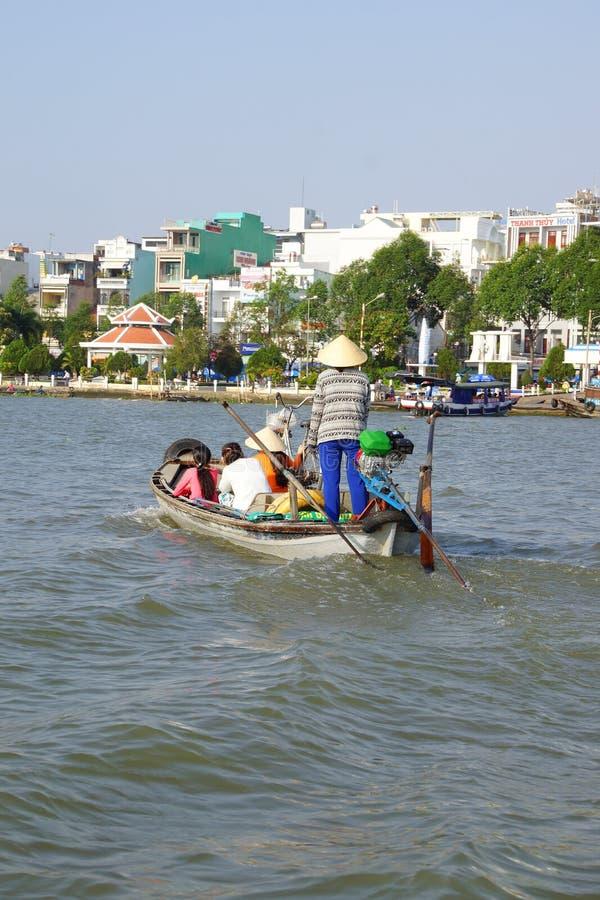 Passageiros Ferrying através de Mekong River foto de stock