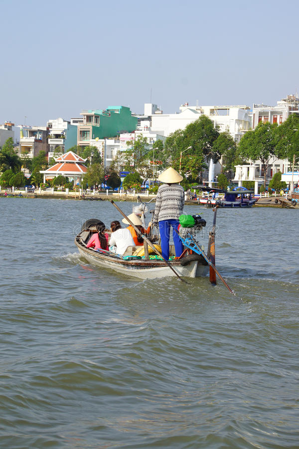 Passageiros Ferrying através de Mekong River imagens de stock