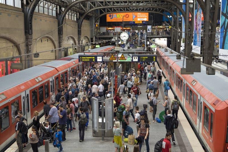 Passageiros na estação de trem do cano principal do ` s de Hamburgo imagens de stock royalty free