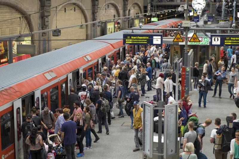 Passageiros na estação de trem do cano principal do ` s de Hamburgo imagem de stock