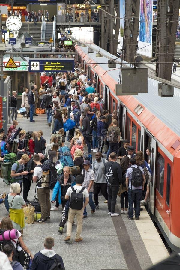Passageiros na estação de trem do cano principal do ` s de Hamburgo foto de stock