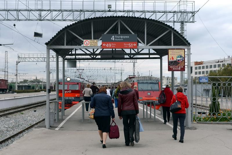 Passageiros na plataforma railway nos trens bondes suburbanos na estação de Tula foto de stock
