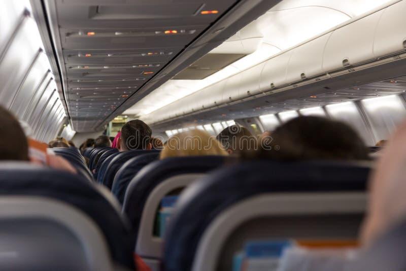 Passageiros que assentam no plano pronto para a partida fotografia de stock