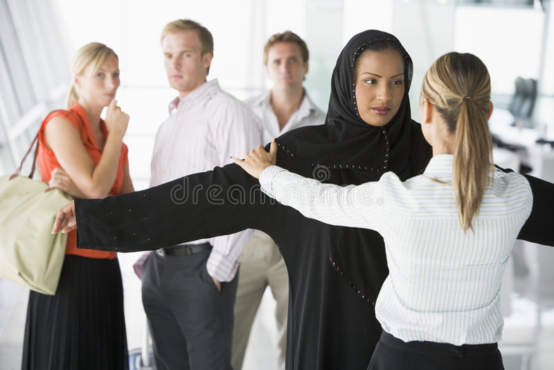 Passageiros que atravessam a verificação da segurança aeroportuária fotografia de stock