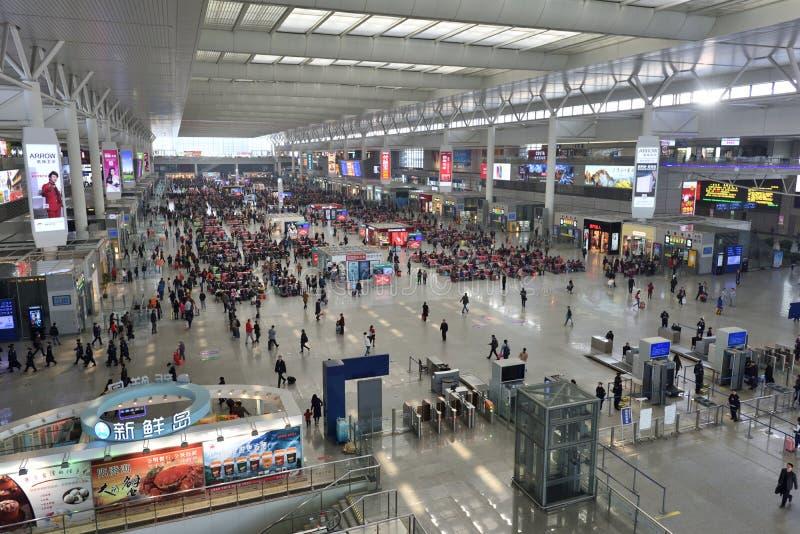 Passageiros que esperam na estação de trem de Hongqiao foto de stock royalty free