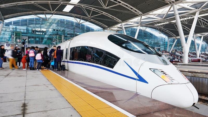 Passageiros que esperam o trem de alta velocidade imagem de stock