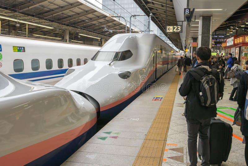 Passageiros que esperam o trem de bala de Shinkansen imagens de stock royalty free