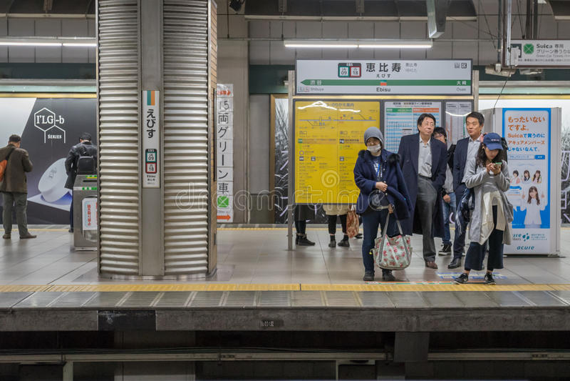 Passageiros que esperam o trem no platfrom foto de stock