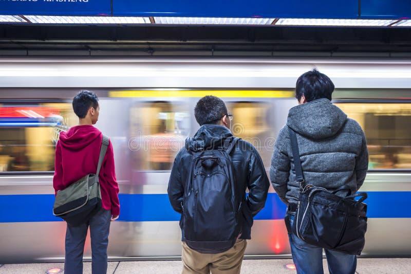 Passageiros que esperam seu MRT de Taipei do trem imagens de stock royalty free