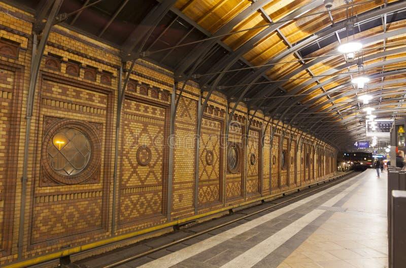 Passageiros que esperam trens na estação de Hackescher Markt S-Bahn dentro fotos de stock royalty free