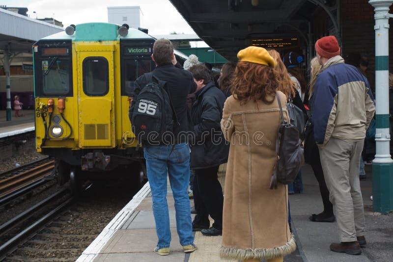 Passageiros que esperam um trem fotografia de stock
