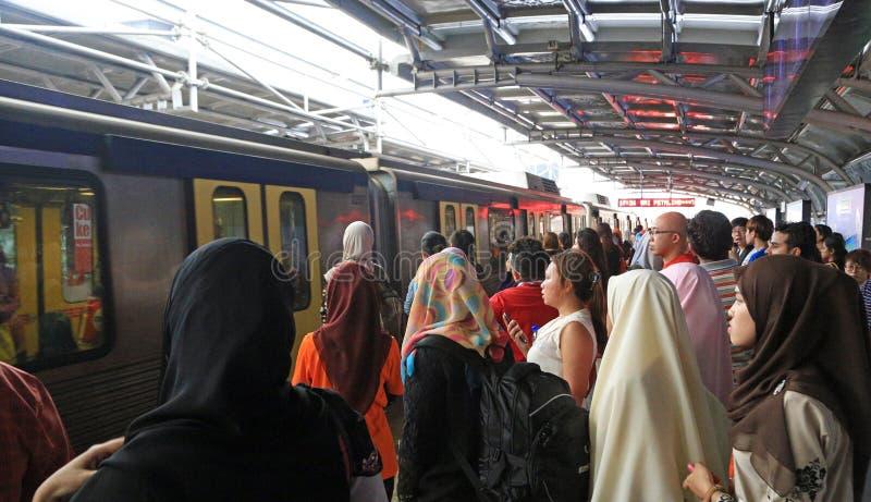 Passageiros que esperam um trem em Kuala Lumpur foto de stock royalty free