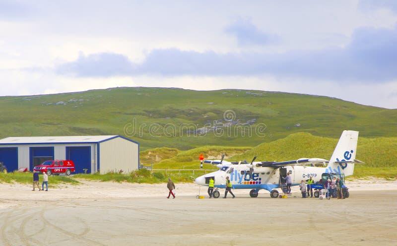Passageiros que pegam fora um avião em Barra Airport, Escócia, Reino Unido fotografia de stock