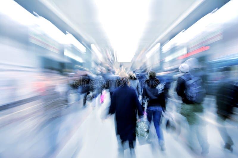 Passageiros zumbindo abstratos no metro imagens de stock