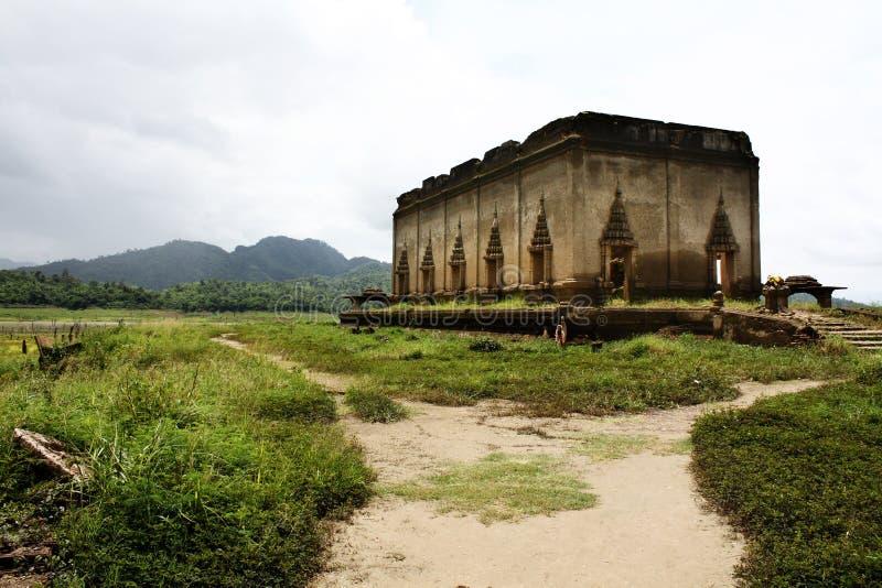 Passagem à ruína do templo budista imagens de stock